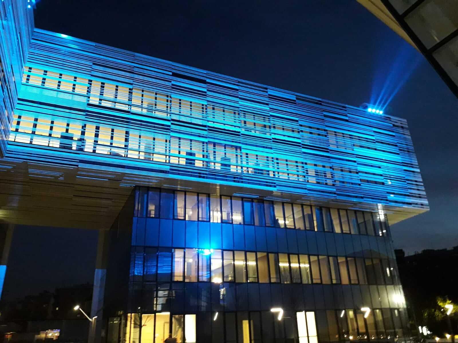 Palazzo a vetri moderno